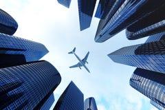 摩天大楼低角度视图  查寻透视的日落的摩天大楼 现代摩天大楼底视图  免版税图库摄影