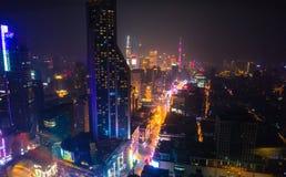 摩天大楼全景在一个现代城市在晚上 库存图片