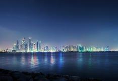 摩天大楼全景在迪拜小游艇船坞 库存图片