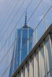 摩天大楼反射蓝色被定调子的照片在玻璃的 免版税库存照片