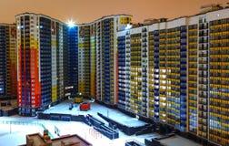 摩天大楼发光的窗口在晚上 现代住宅高层建筑物看法在大都会的住宅区 库存照片