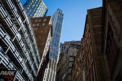 摩天大楼和一个停车库在街市曼哈顿 免版税库存图片