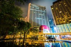摩天大楼和一个喷泉在维多利亚公园在晚上,在Causewa 库存照片