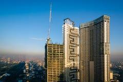 摩天大楼和一个大厦建设中在马卡蒂,地铁M 免版税库存照片
