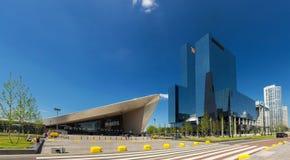 摩天大楼和中央火车站在鹿特丹,荷兰 免版税库存照片