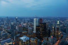 摩天大楼和办公楼夜视图在街市多伦多 库存图片
