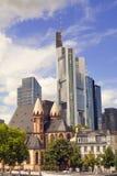 摩天大楼和教会在法兰克福 库存图片