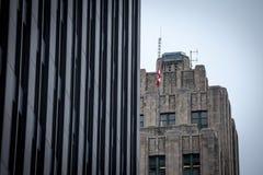 摩天大楼和更旧的大厦在老蒙特利尔Vieux蒙特利尔,魁北克,黄昏的加拿大 库存照片