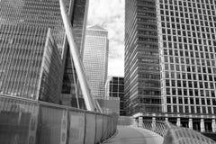 摩天大楼和桥梁在伦敦金丝雀码头 库存图片