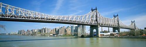 摩天大楼和桥梁 免版税库存照片