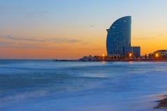 摩天大楼和海滩在日落 免版税图库摄影