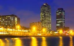 摩天大楼和海滩夜视图  巴塞罗那 库存照片