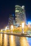 摩天大楼和火显示在晚上在墨尔本 免版税库存图片