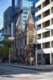 摩天大楼和老房子城市设置的与交通在珀斯 免版税库存照片