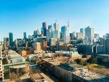 摩天大楼和财政区美好的多伦多地平线从大厦屋顶上 库存照片