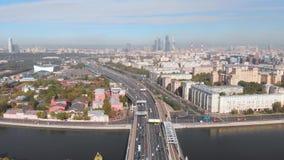 摩天大楼和运输大都会、汽车通行在多车道的高速公路和公路交叉点在好日子在莫斯科 股票录像