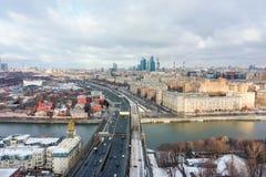 摩天大楼和运输大都会、汽车通行在多车道的高速公路和公路交叉点在好日子在莫斯科 免版税库存图片