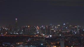 摩天大楼和高层建筑物在曼谷市在晚上,泰国 财务街市的地区 4K都市风景VDO 影视素材