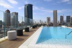 摩天大楼和水池 免版税库存照片
