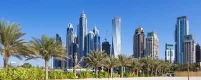 摩天大楼和jumeirah海滩全景  图库摄影