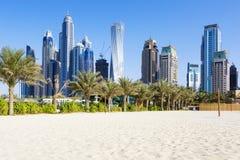 摩天大楼和jumeirah海滩水平的看法  库存照片