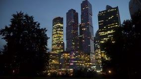 摩天大楼国际商业中心城市在晚上 库存照片