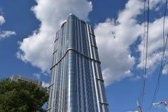 摩天大楼在反对蓝天的城市与云彩在一个夏日 库存图片