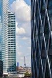 摩天大楼在拉德芳斯,巴黎,法国,有在艾菲尔铁塔的看法 免版税库存照片