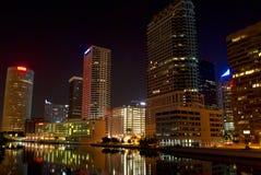 摩天大楼在沿水路的晚上 免版税图库摄影