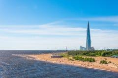 摩天大楼在海滩芬兰湾的海岸的Lakhta中心 2018年6月03日 免版税库存照片