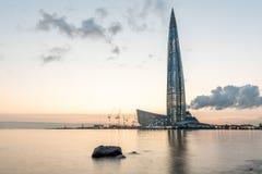 摩天大楼在芬兰湾的岸的Lakhta中心日落的 Lahta中心 库存照片
