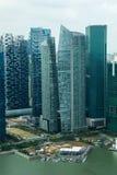 摩天大楼在街市的新加坡 免版税库存图片