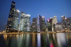 摩天大楼在街市的Singapores 库存照片
