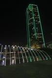 摩天大楼在街市达拉斯在晚上 免版税库存图片