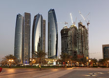 摩天大楼在黄昏的阿布扎比 免版税库存图片