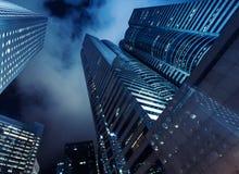 摩天大楼在黑暗的夜空下 库存照片