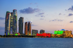摩天大楼在黄昏的阿布扎比 免版税库存照片