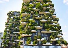 摩天大楼垂直的森林在米兰 免版税库存照片