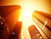 摩天大楼城市在晚上 免版税库存图片