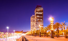 摩天大楼夜视图在巴塞罗那 库存图片