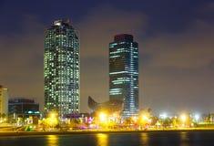 摩天大楼夜视图-夜生活的中心在巴塞罗那 库存图片