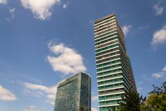 摩天大楼建造场所有蓝色清楚的天空拷贝空间背景 免版税库存照片