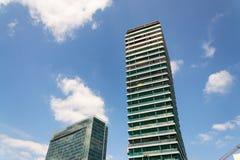 摩天大楼建造场所有蓝色清楚的天空拷贝空间背景 免版税库存图片