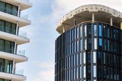 摩天大楼建造场所有蓝色清楚的天空拷贝空间背景 库存照片