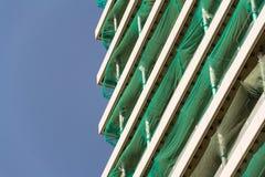 摩天大楼建造场所有蓝色清楚的天空拷贝空间背景 库存图片