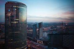 摩天大楼抽象背景在晚上在莫斯科 全景晚上城市 免版税图库摄影
