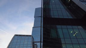 摩天大楼特写镜头玻璃门面  现代建筑学,未来派设计 股票视频