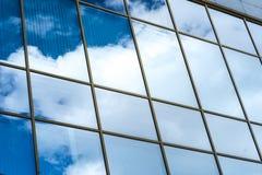 摩天大楼现代玻璃剪影在城市 免版税库存照片