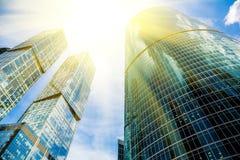 摩天大楼玻璃门面在与光束的一个明亮的晴天在蓝天 在莫斯科事务的现代大厦 库存图片