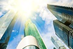 摩天大楼玻璃门面在与光束的一个明亮的晴天在蓝天 在莫斯科事务的现代大厦 库存照片